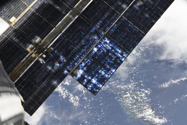 Panely fotovoltaických článků na ruském modulu. Pro nás blízko, pro vás tak daleko. Nejméně 400 km, když letíme zrovna nad vámi. Zdroj: flickr.com