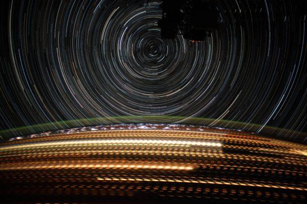 Hypnotizující stopy hvězd a světel měst při letu nad noční Evropou. Snímek vznikl složením velkého počtu kratších expozic. K tomu můžete použít třeba program Stratrails, což je i jiný název pro tento typ snímku hvězd. Zdroj: flickr.com