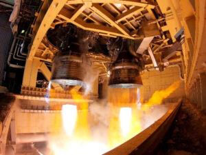 """Testovací zážeh """"Battleship"""" motorů LE-9."""