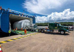 Nákladní vůz v úterý v Kourou ve Francouzské Guayaně odtahuje vesmírný teleskop Jamese Webba z útrob plavidla MN Colibri.