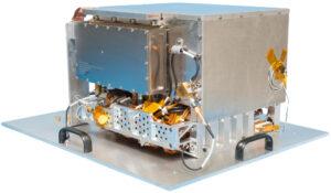 Přístroj Deep Space Atomic Clock má rozměry srovnatelné s toustovačem. Právě kompaktní rozměry byly jedním z požadavků. Na misi VERITAS však má letět ještě menší verze.