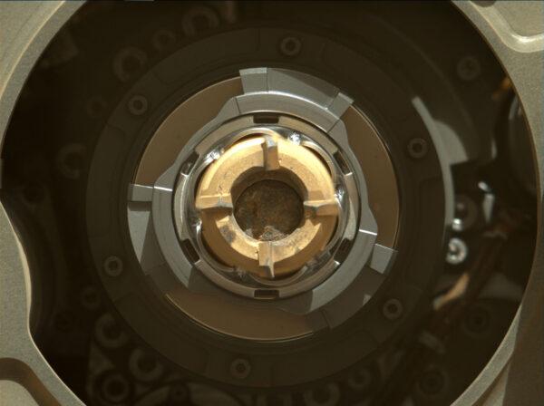 Kamenný vzorek uvnitř jádrového vrtáku po 2. pokusu o odběr