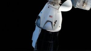 Loď Crew Dragon u ISS