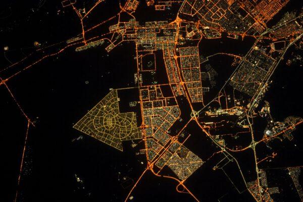 Abú Zabí je v noci snadno rozpoznatelné. Například tato část ve tvaru šipky. Jakoby pilotům letadel a astronautům ukazovala, kde mají hledat poklad. Zdroj: flickr.com