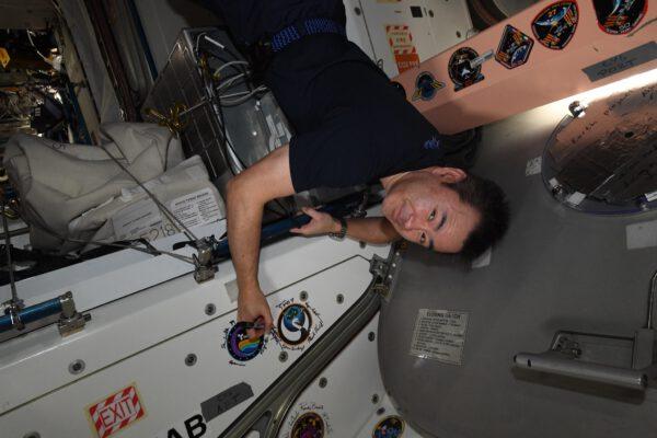 Své nálepky mají i mise nákladních lodí Cygnus. Zde u ní vidíme podepisovat se Akiho. Zdroj: flickr.com