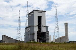 Mobilní obslužná věž u rampy raket Ariane 6.
