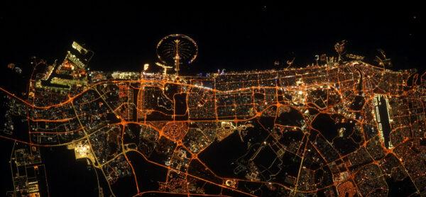 Mezi nočními snímky z Arabského poloostrova nemůže chybět ani Dubaj. Tu byste asi poznali sami díky typickému Palmovému ostrovu. Zdroj: flickr.com