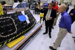 Administrátor NASA Bill Nelson u panelů tepelné ochrany Orionu pro Artemis II, 28. července 2021