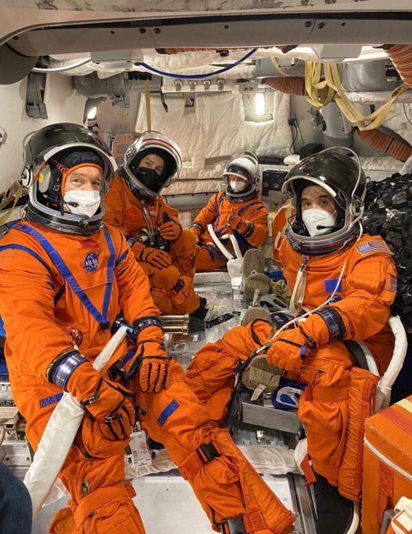 Trénink uvnitř makety Orionu ve skafandrech OCSS. Tréninkovou posádku tvořili Jessica Meir, Jonny Kim, Zena Cardman a Michael Barratt.