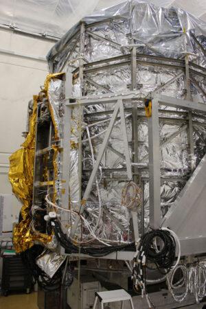 Modul s vědeckými přístroji teleskopu Euclid před testy ve vakuové komoře. Teleskop je zabalen v tzv. tepelném stanu.