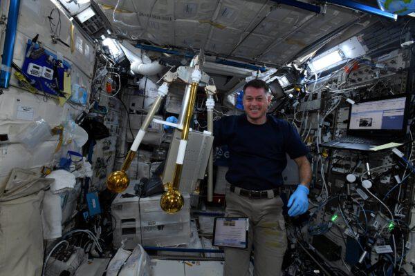 Shane Kimbrough s přístrojem FPMU (Floating Potential Measurement Unit). Měří velikost elektrostatického náboje, který se hromadí na povrchu zařízení vně stanice. Tento náboj by je mohl poškodit. Během našeho posledního výstupu do vesmíru s Akim jsme jej vyměnili a některé díly byly dopraveny zpět na Zemi na palubě nákladní lodi Dragon společnosti SpaceX (mise CRS-23). Inženýři chtějí přesně vědět, co se pokazilo. Zdroj: flickr.com