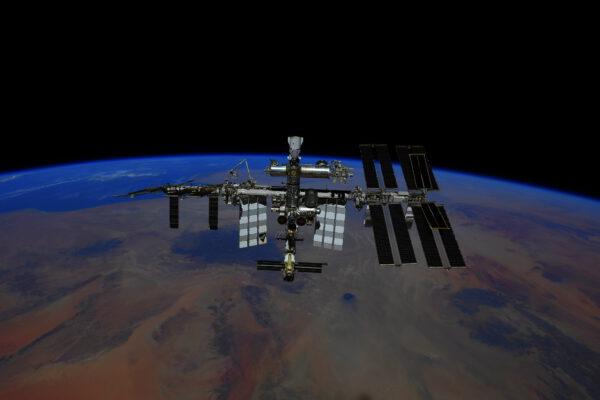 ISS nad Zemí 28. 10. 2021 ze Sojuzu MS-18. Zdroj: Roskosmos/Pjotr Dubrov
