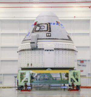 Fotografie lodi Starliner pro misi OFT-2 pořízená 12. července 2021 v hale Commercial Crew and Cargo Processing Facility na Kennedyho středisku na Floridě.