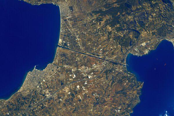 Zatímco most Peloponéský poloostrov s pevninou spojuje, zde vyfotografovaný Korintský průplav jej vlastně od pevniny odděluje. Zdroj: flickr.com