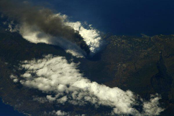 Detailní pohled na kouř sopky na ostrově La Palma. Zdroj: flickr.com
