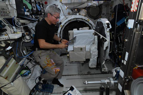 Mark pracuje na přístroji SOLISS agentury JAXA. Ke komunikaci s přijímačem v Japonsku používá laser, takže je zcela logicky umístěn mimo stanici. Za Markem je vidět přechodová komora! Musel ho vzít dovnitř, aby jej vylepšil, důkladně ho otestoval, a pak ho zase vyndal ven mimo stanici. Laserová komunikace nabízí nesrovnatelnou rychlost výměny informací a stejná technologie se plánuje i pro zařízení ESA, které bude umístěno na evropském modulu Columbus. Zdroj: flickr.com