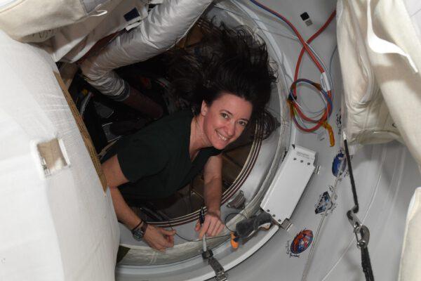Jestli jste čekali také nálepku Crew-2, zde je. Na snímku ji právě podepsala Megan. Zdroj: flickr.com