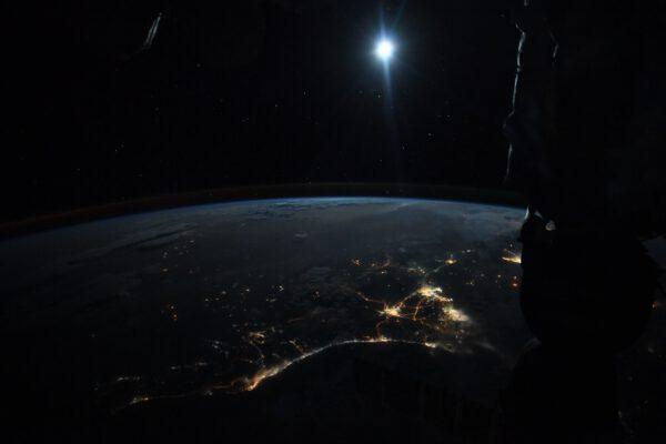 Jeden z unikátních snímků, které Thomas pořídil. Měsíc ozařující noční Zemi. Zdroj: flickr.com