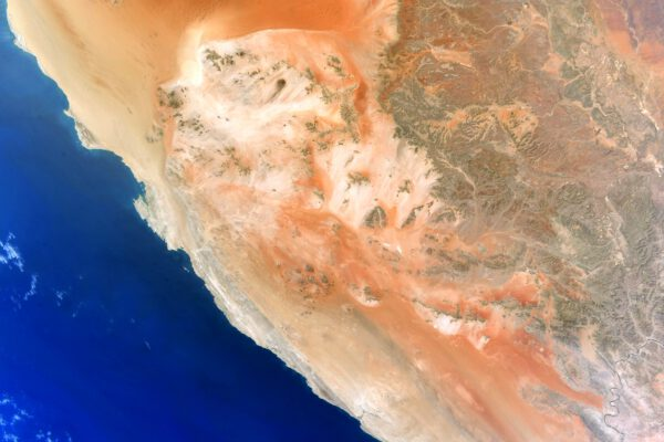 Namibijské pobřeží s oranžovými dunami, které ostře kontrastují s modří Atlantského oceánu, jsou příjemným osvěžením zraku při přeletu nad dálavami moře. Zdroj: flickr.com