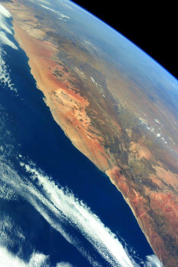 Zkušené oko čtenáře zde jistě rozpozná pobřeží na jihu Afriky, kde Namibijská poušť přechází rovnou do oceánu. Zdroj: flickr.com
