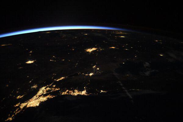 Pohled od pobřeží k pobřeží. Zatímco v Kalifornii na západním pobřeží USA je ještě noc, na východním už svítá a mají tam den. Zdroj: flickr.com