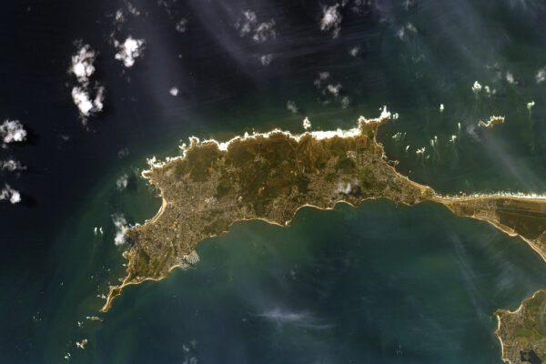 Také toto je poloostrov, ovšem nacházející se v jihozápadní části Bretaně ve Francii. Jmenuje se Quiberon. Thomas podle změn barvy vody a vzhledu vln odhaduje, že foukal vítr alespoň na úrovni šest Beaufortovy stupnice (tzv. silný vítr, 22 až 27 uzlů, 40 až 49 km/h, vlny 2,4 až 4 metry). Zdroj: flickr.com