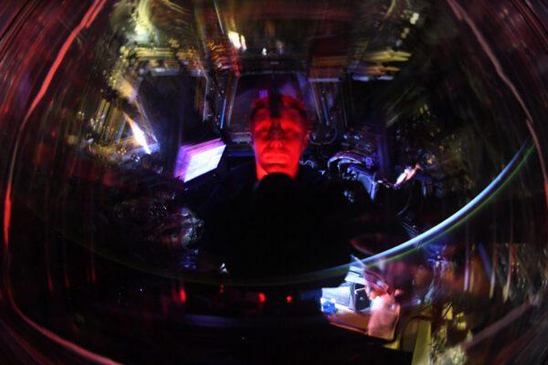 Stejně jako okna vlaku, vytvářejí i skla v modulu Cupola někdy zábavné světelné efekty. Přidejte trochu polární záře, špetku východu Slunce a červené světlo z baterky a máte představu o atmosféře noční ISS. Červená baterka je zde důležitá, protože minimalizuje oslnění, když potřebujete ve tmě něco nastavit na fotoaparátu. Zdroj: flickr.com