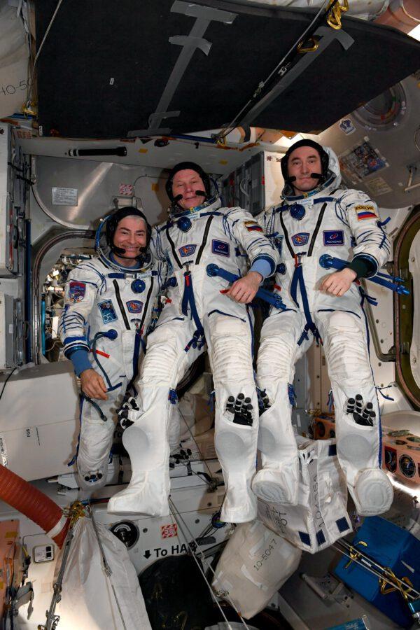 Přesun Sojuzu si samozřejmě vyžádal i obléknutí se do skafandrů. Posádce to sluší. Zdroj: flickr.com