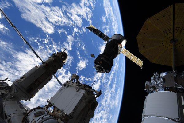 První z nádherné série snímků z přeletu Sojuzu MS-18. Zde se právě oddělil od modulu Rassvět. Zdroj: flickr.com