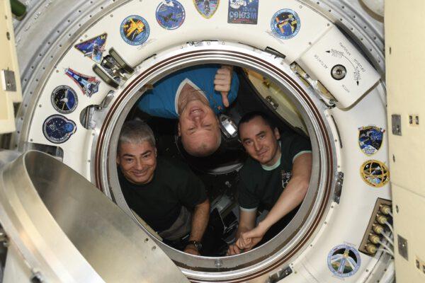 V souvislosti s předokováním se v průlezu do Sojuzu MS-18 vyfotografovala jeho posádka (Mark Vande Hei, Oleg Novickij a Pjotr Dubrov). Zdroj: flickr.com