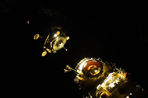 Detailní snímek dokovacího zařízení Sojuzu a portů Nauky je opravdu krásnou ukázkou složité techniky potřebné pro fungování spojení dvou lodí v kosmu. Zdroj: flickr.com