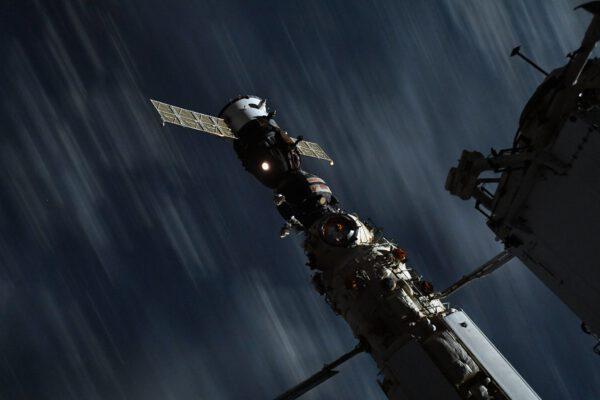 Přílet Sojuzu k Nauce zachytil Thomas také dlouhou expozicí (8 sekund). Zdroj: flickr.com