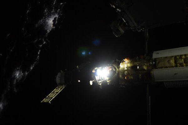 Přílet k modulu Nauka probíhal nad noční stranou Země. Zdroj: flickr.com