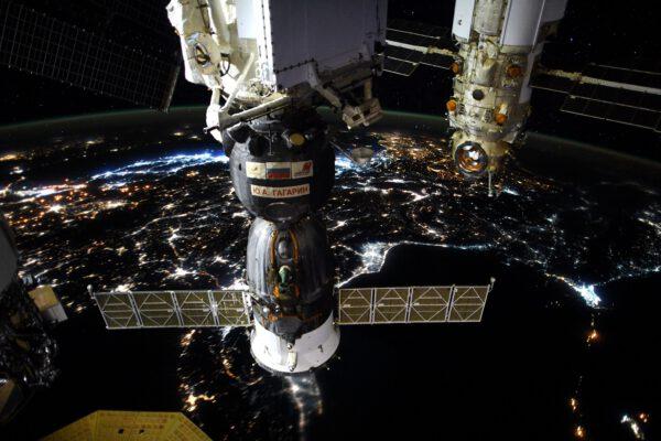 Úžasný snímek Sojuzu připojeného ještě k modulu Rassvět nad noční Zemí. Zdroj: flickr.com