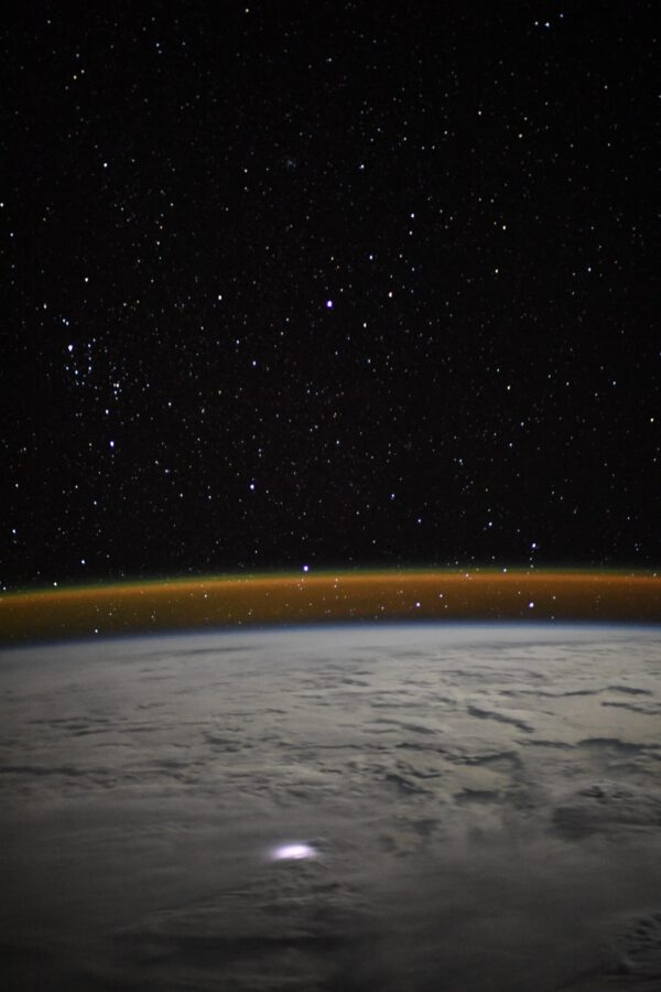 I jeden osamocený výboj blesku může být zajímavým zpestřením snímku, zde navíc s oblaky nasvícenými Měsícem. Blesky jsou pro astronauty něco jako ohňostroj. Zdroj: flickr.com