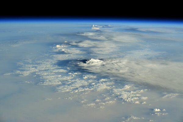 Bouřkové oblaky jsou samy o sobě krásnou podívanou, ovšem takovýto snímek se nevidí každý den. Jen několik osamocených bouří s oblaky, jejichž vrcholky dříve, či později, narazí svým vrcholkem až k hranicím troposféry. Zdroj: flickr.com