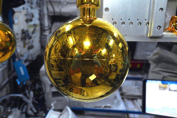 Vánoce se blíží, ale nebojte, na vánoční výzdobu je trochu brzy, a to je dobře. Ona totiž není jedna – sledujte níže. Jde o část přístroje na měření elektrostatického náboje. Zdroj: flickr.com