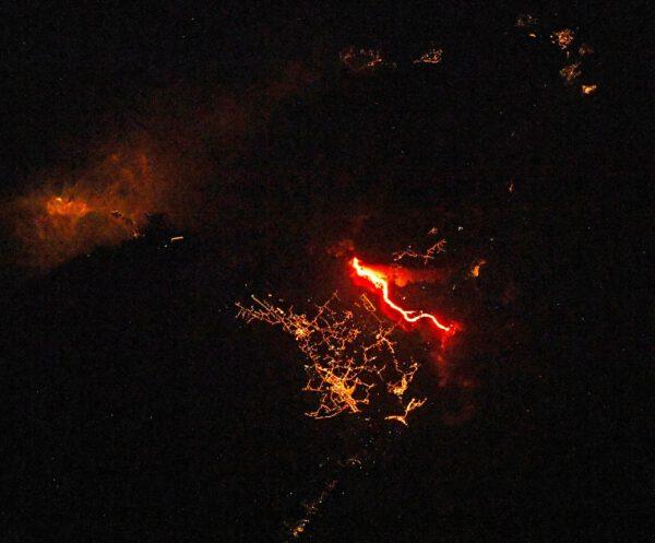 Snímek lávového proudu ze sopky Cumbre Vieja na ostrově La Palma, jak jej pořídil kosmonaut Oleg Novickij. Zdroj: twitter.com