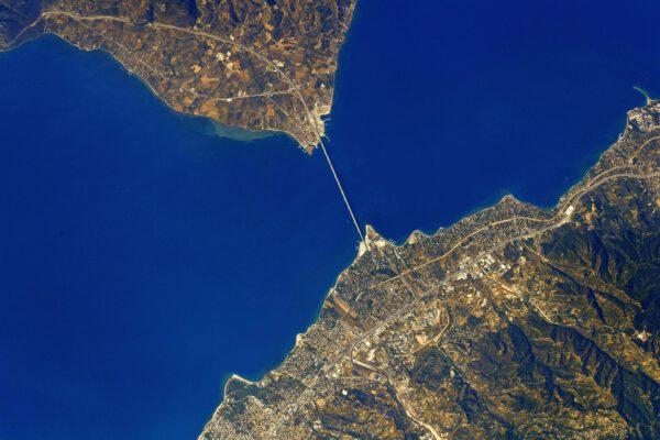 Most Rio–Antirrio se nachází na severu Peloponéského poloostrova. Spojuje ho s Řeckou pevninou. Jedná se o více než dva kilometry dlouhý most zavěšený na čtyřech pylonech pomocí lan. Zdroj: flickr.com