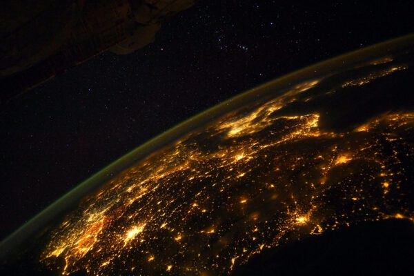 Na tomto netradičním nočním pohledu na noční Zemi je v popředí neuvěřitelně přesvětlený sever Itálie a za ním temná skvrna Alp. Vpravo vzadu je sever Jaderského moře. Zdroj: flickr.com