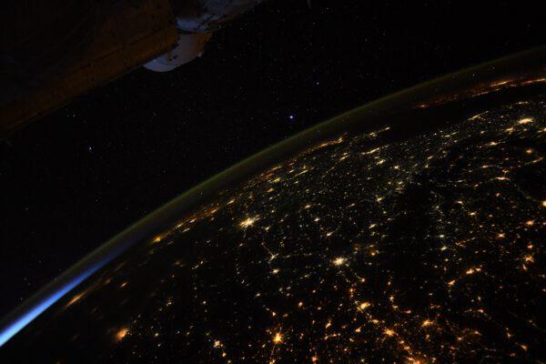 Na druhém pohledu na noční Zemi nechybí ani nepřekonatelně krásný přechod mezi tmou a úsvitem. Zdroj: flickr.com