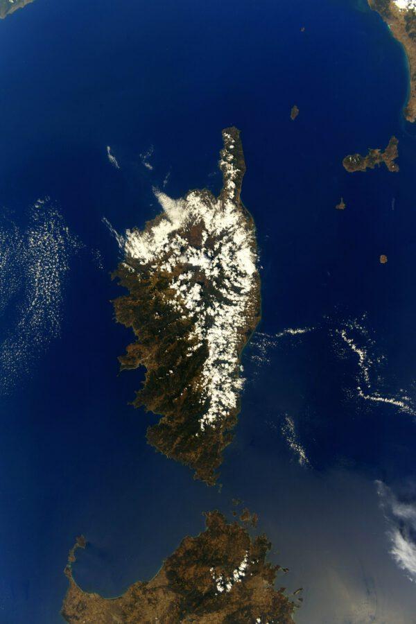 Ostrov Korsika, patřící Francii, se nachází severně od Sardinie, jejíž kus vykukuje dole. Ta už patří Itálii. Zdroj: flickr.com