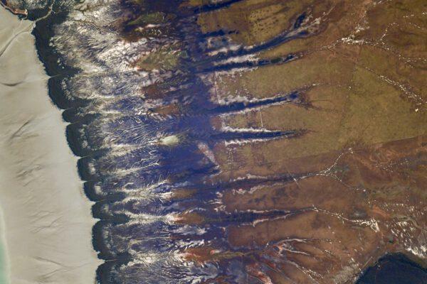 Tyto pozoruhodné útvary vyfotografované v Austrálii přesně navazují na snímek předchozí oblasti s azurovým pobřežím. Zdroj: flickr.com