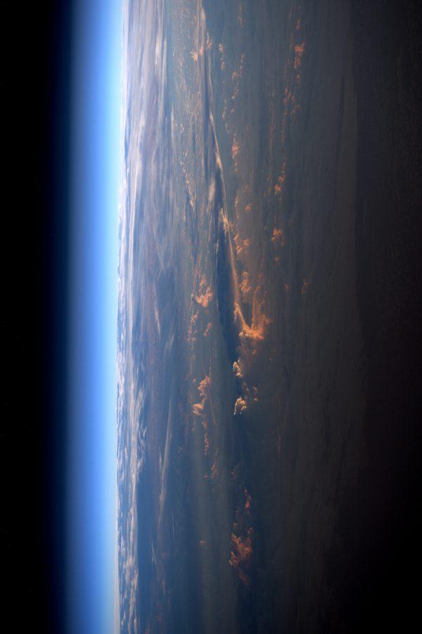 Západ slunce z vesmíru ve stylu fotografií Samanthy Cristoforetti, které pořizovala během její mise Futura v roce 2015. Všechno nejlepší k narozeninám, Samantho! A dobrou noc z vesmíru při západu slunce téměř na druhé straně Země. ;)