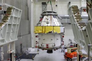 Ukládání Orionu do buňky FAST, 30. března 2020. Zbytky ochranného obalu z přepravy z Plum Brook byly odstraněny až v buňce.