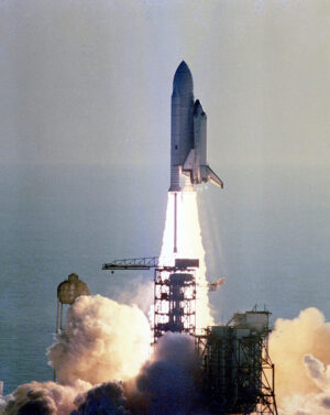 Start nejodvážnější testovací mise v dějinách kosmonautiky - Columbia se poprvé zvedá z rampy.
