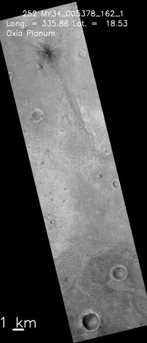 Tento snímek z kamery CaSSIS na sondě TGO nezachycuje střed přistávací oblasti, ale nejpravděpodobnější místo dosednutí mise ExoMars 2020