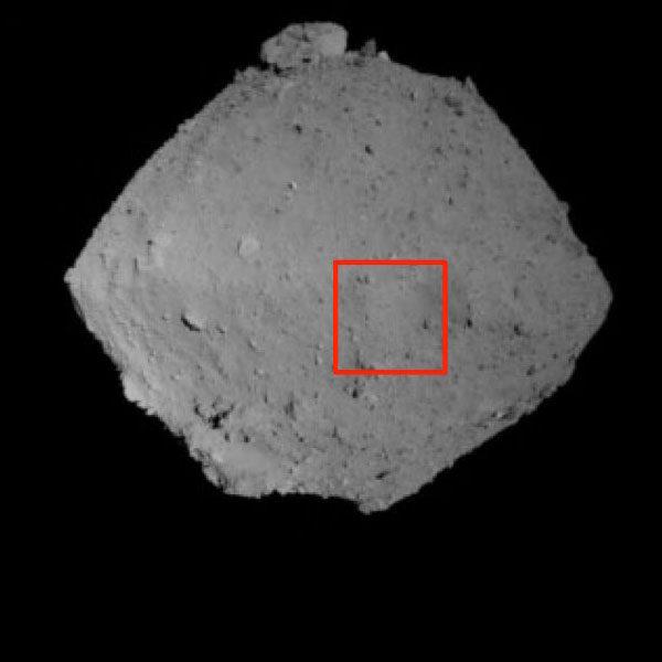 Snímek ze širokoúhlé kamery pořízený 7. srpna z výšky zhruba 1000 metrů. Červený čtverec zobrazuje oblast, která byla detailně nasnímána teleskopickou kamerou.