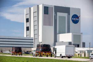 Oba spodní lemy míjely 9. června 2020 na cestě do budovy RPSF montážní halu VAB