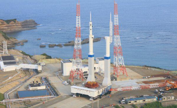 Nová mobilní věž pro připravovanou rakety H-3 včetně transportérů na každé straně při zkušebním vývozu na místo startu.